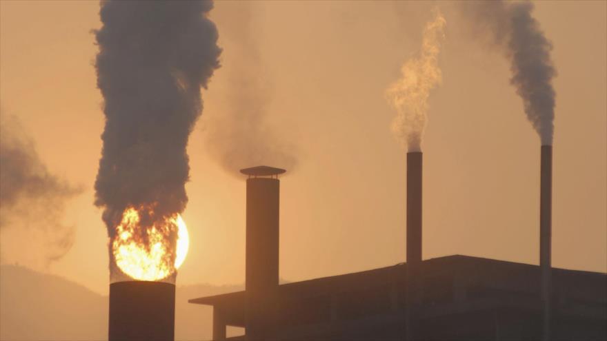 Una vista general de las chimeneas de una planta de cemento. (Foto: Reuters)