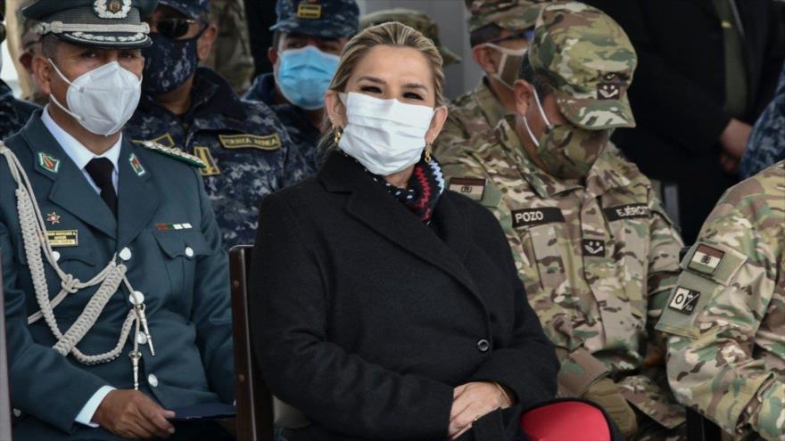 La expresidenta interina de Bolivia Jeanine Áñez arropada por un grupo de mandos de las Fuerzas Armadas en un acto oficial