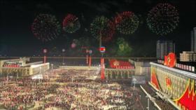 Corea del Norte realiza desfile militar entre fuegos artificiales