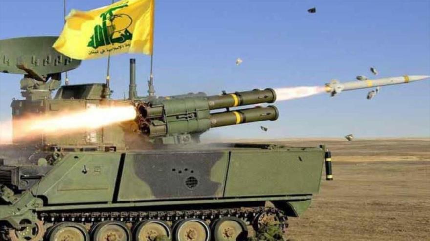 Un tanque del Movimiento de Resistencia Islámica de El Líbano (Hezbolá) dispara un misil.