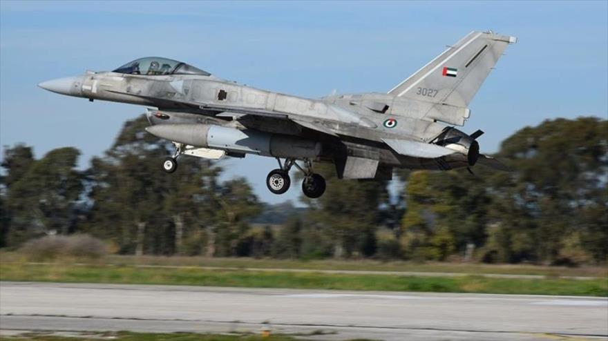 Un avión de combate F-16 de los Emiratos Árabes Unidos (EAU).