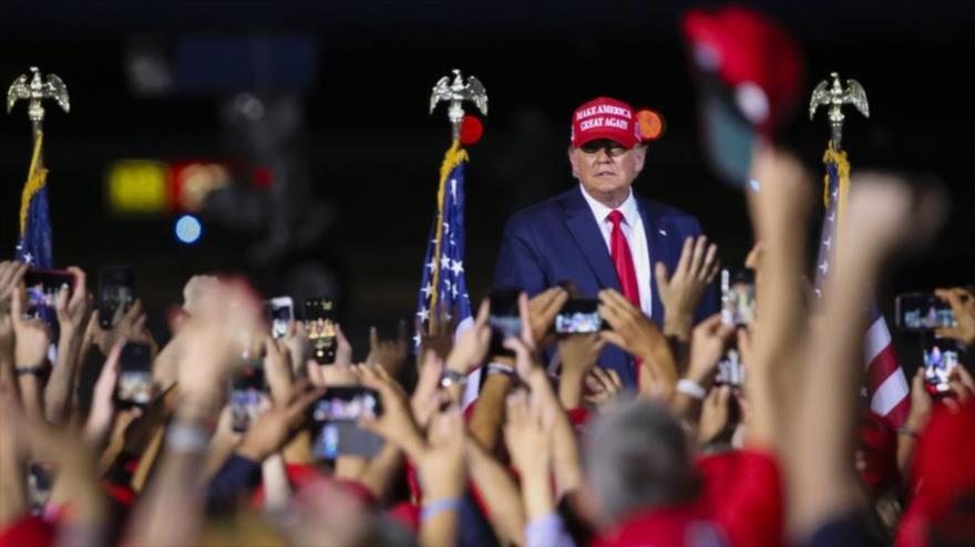El presidente de Estados Unidos, Donald Trump, celebra un mitin para dirigirse a sus partidarios en el Aeropuerto Ejecutivo Miami-Opa Locka en Miami, Florida.