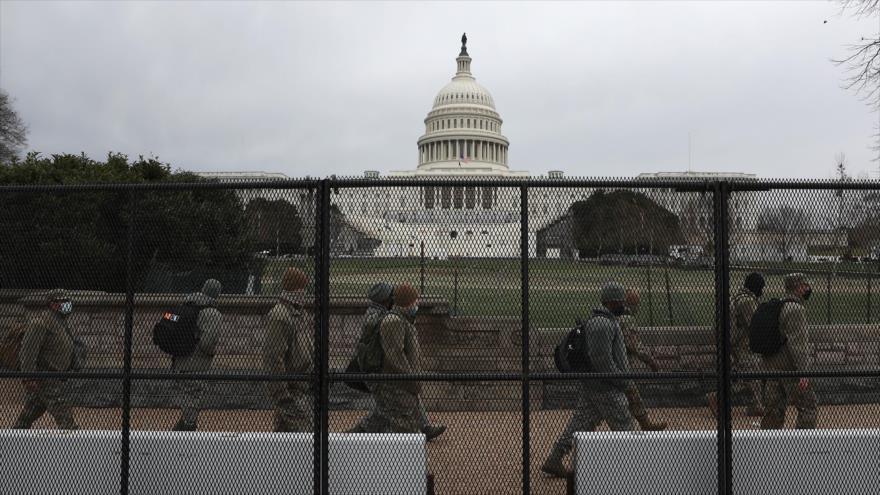 Soldados de la Guardia Nacional de EE.UU., detrás de una valla colocada alrededor del edificio del Capitolio, Washington D.C., 8 de enero de 2021. (Foto: AFP)