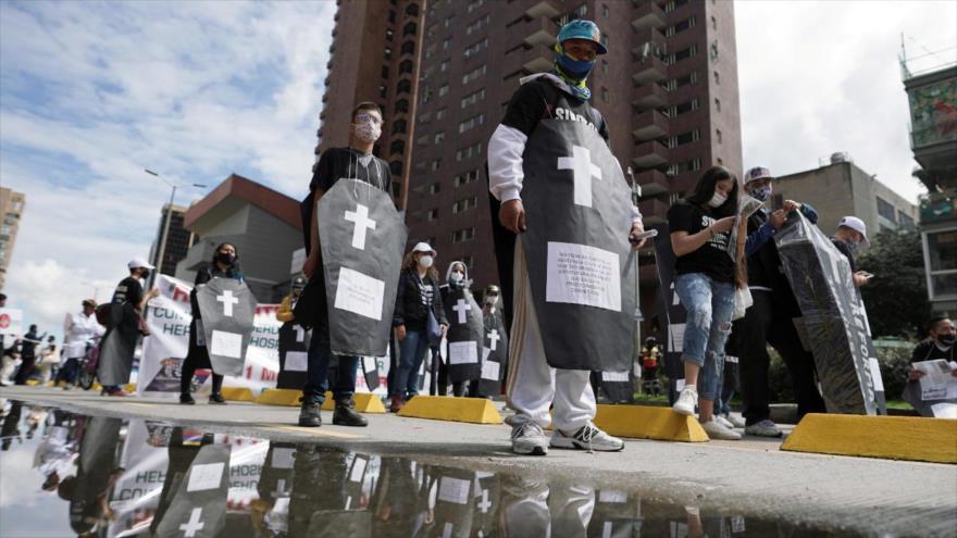 Colombianos participan en una protesta para denunciar las masacres en el país, Bogotá, 19 de noviembre de 2020. (Foto: Reuters)