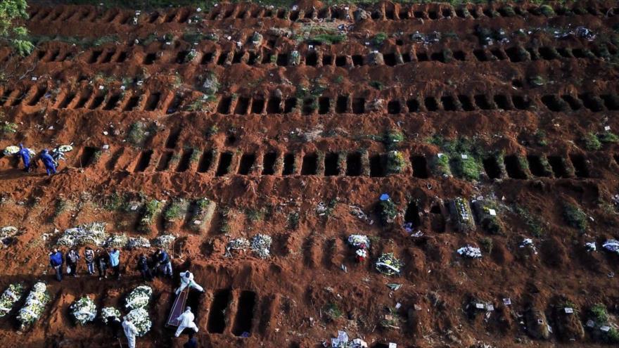 Un entierro en fosas improvisadas por la pandemia del coronavirus en Manaos (Brasil), 4 de enero de 2021. (Foto: EFE)