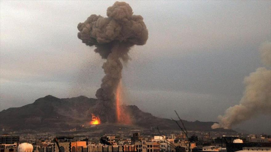 Una columna de humo se eleva tras bombarderos saudíes en Yemen