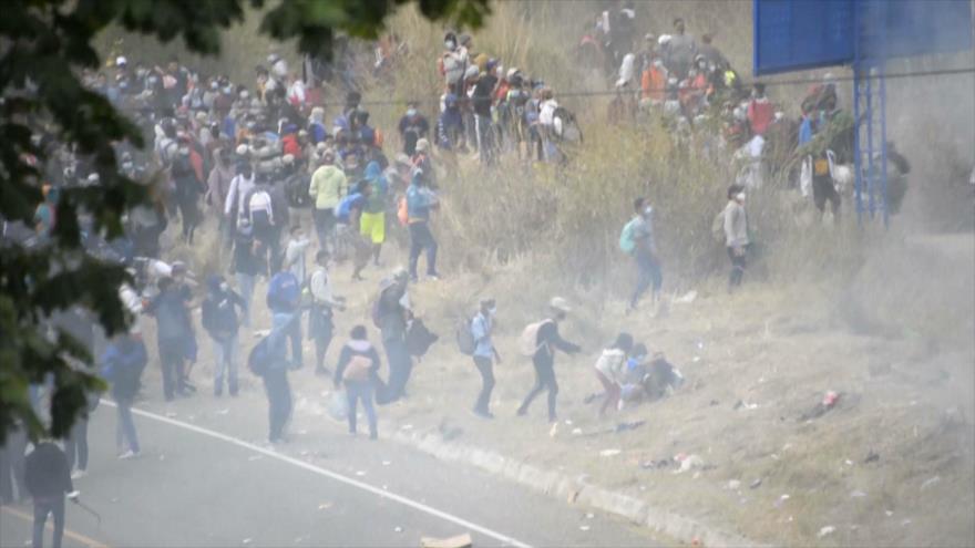 Policía guatemalteca reprime con violencia una caravana migrante
