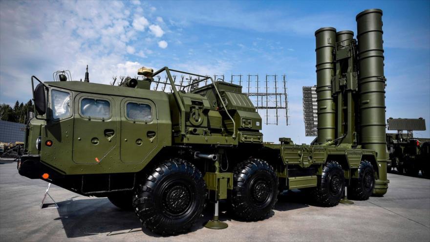 El sistema ruso de lanzamiento de misiles antiaéreos S-400 durante un foro militar en las afueras de Moscú, 22 de agosto de 2017. (Foto: AFP)