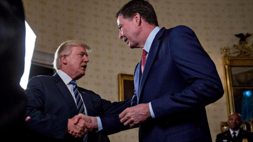 El exdirector del FBI, James Comey, se da la mano con el presidente saliente de EE.UU. Donald Trump, el 22 de enero de 2017. (Foto: AFP)