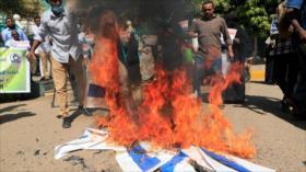 Sudaneses queman bandera israelí en rechazo a la normalización