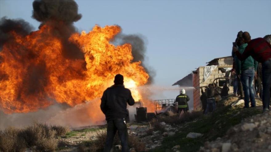 Incendio en una refinería en la provincia de Idlib, Siria, 10 de marzo de 2016. (Foto: Reuters)