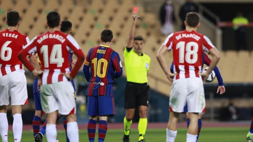 El árbitro Gil Manzano expulsa a Lionel Messi del partido entre F.C. Barcelona y el Athletic de Bilbao, en Sevilla, 17 de enero de 2021.