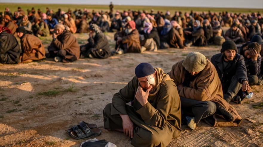 Terroristas de Daesh esperan ser registrados por las llamas Fuerzas Democráticas de Siria (FDS), respaldadas por EE.UU. (Foto: AFP)
