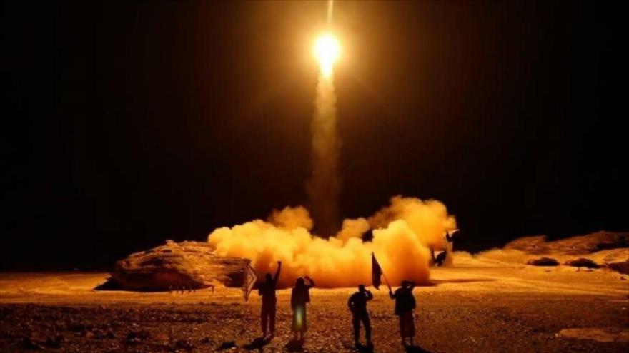 Fuerzas militares del movimiento popular yemení Ansarolá lanzaron un misil balístico, Saná (capital yemení), 27 de marzo de 2018. (Foto: Al-Alam Al-Harbi)