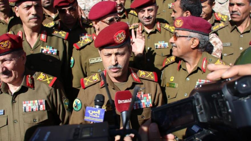 El ministro yemení de Defensa, Muhamad Naser al-Atefi, habla con la prensa.