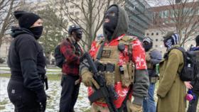 Vídeo: Manifestantes armados se reúnen frente a capitolios de EEUU