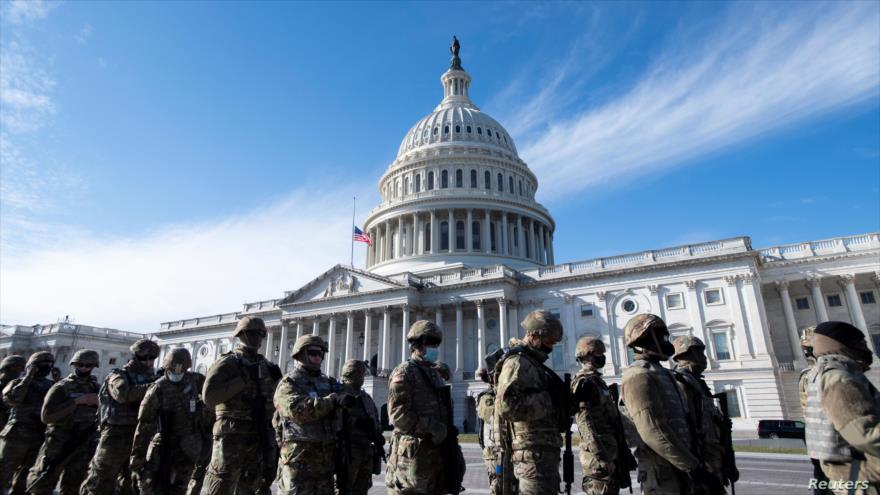 Tropas de la Guardia Nacional de EE.UU. refuerzan la seguridad alrededor del Capitolio en vísperas de la ceremonia de investidura del presidente Joe Biden, 17 de enero de 2021.
