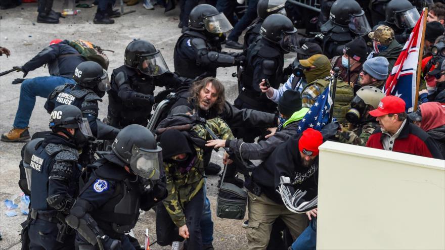 Choques entre la Policía y los partidarios del presidente saliente de EE.UU., Donald Trump, ante el Capitolio, 6 de enero de 2021. (Foto: AFP)