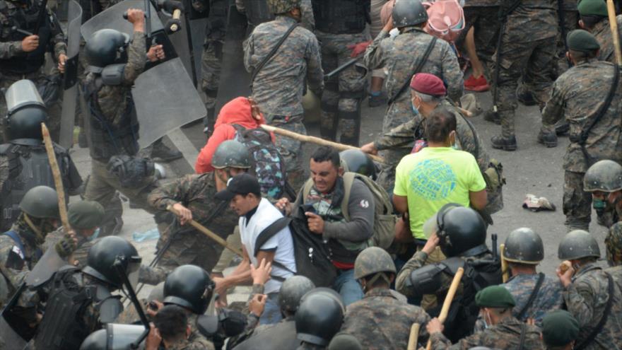 Guatemala devuelve a miles de hondureños tras represión policial