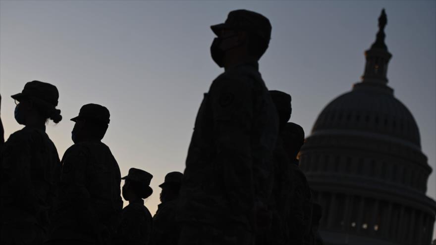 Miembros de la Guardia Nacional de EE.UU. cerca del Capitolio, Washington D.C., 12 de enero de 2021. (Foto: AFP)