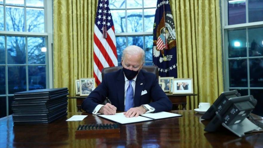 El nuevo presidente de EE.UU., Joe Biden, en el Despacho Oval, la Casa Blanca, 20 de enero de 2021.