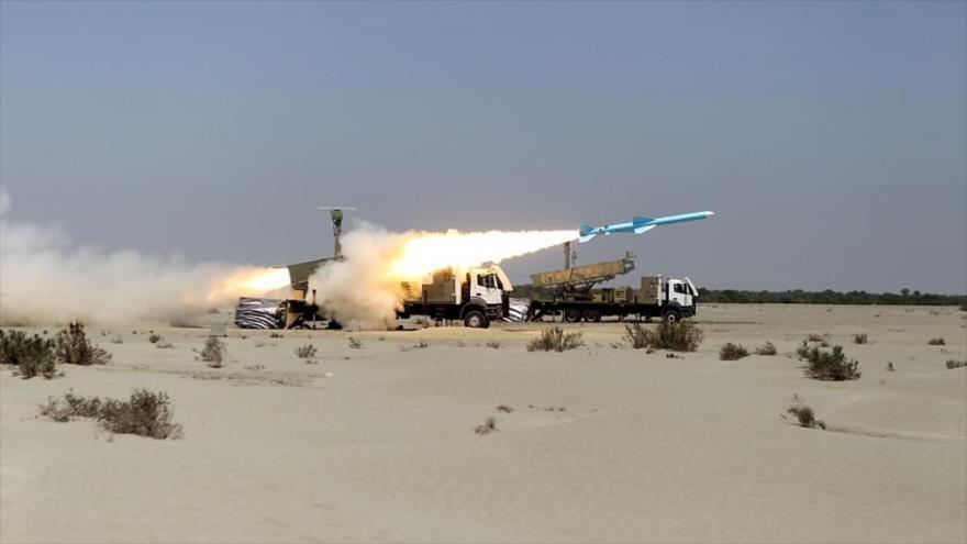 Un misil antibuque de largo alcance disparado durante un ejercicio militar de la Armada iraní en el sur del país, 14 de enero de 2021. (Foto: AFP)