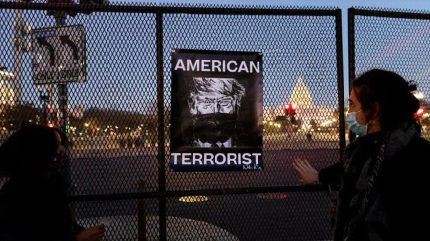 Foto muestra al expresidente de EE.UU. Donald Trump con las palabras terrorista estadounidense.