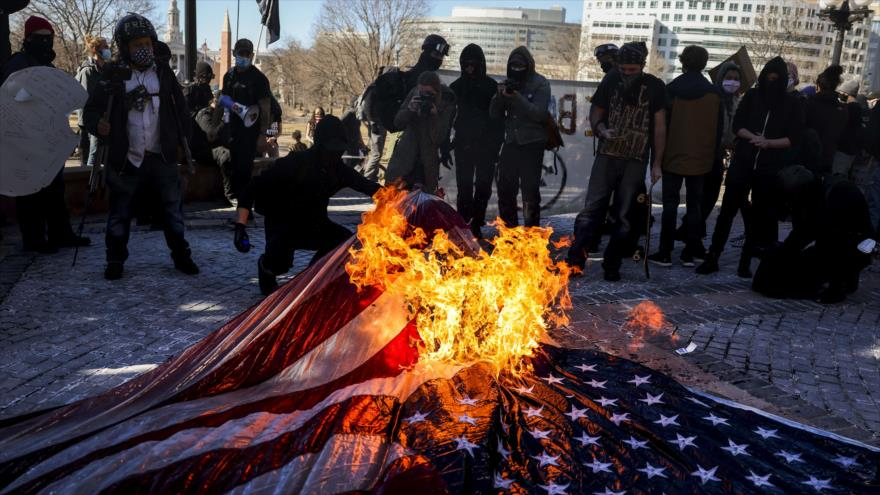 Vídeo: Antifa da la bienvenida a Biden, quemando banderas de EEUU