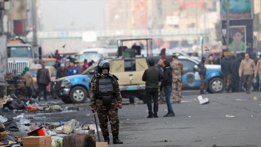 Fuerzas de seguridad iraquí vigilan la zona de un doble atentado mortal, acaecido en el centro de Bagdad, Irak, 21 de enero de 2021.
