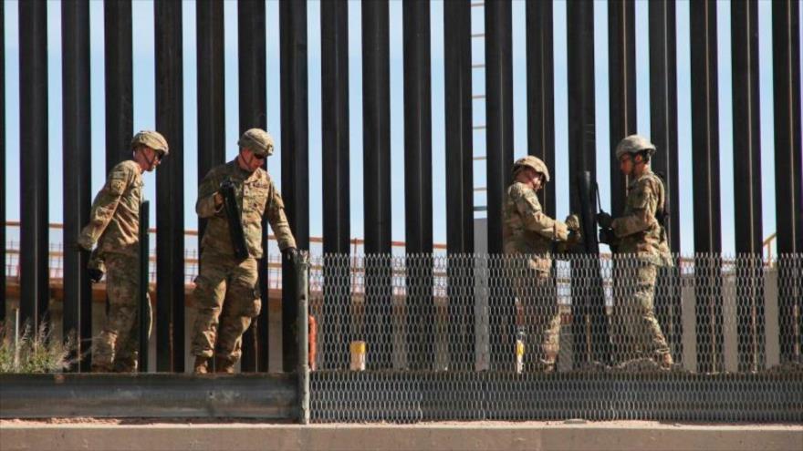 Soldados estadounidenses refuerzan la valla fronteriza entre EE.UU. y México en El Paso, Texas, 4 de abril de 2019.