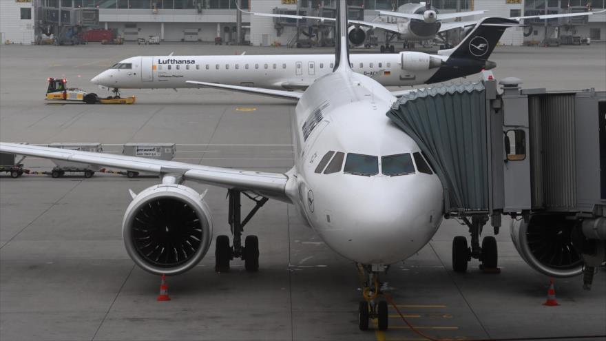 Aviones de la aerolínea Lufthansa en una terminal del aeropuerto Franz-Josef-Strauss en Múnich, Alemania, 12 de noviembre de 2020. (Foto: AFP)