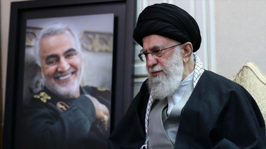El Líder de Irán, el ayatolá Seyed Ali Jamenei, durante una vista a la familia del teniente general Qasem Soleimani, tras su asesinato.