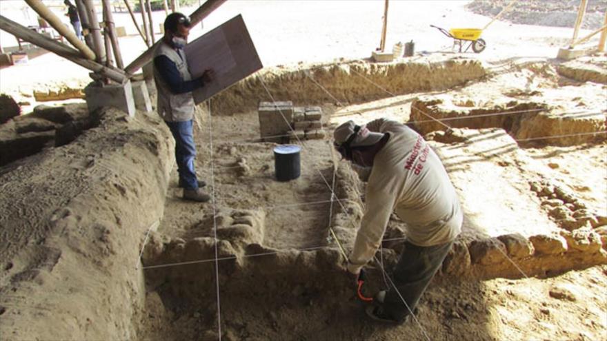 Trabajos en el complejo conocido como Huaca Las Abejas, en el sitio arqueológico de Túcume, Perú.