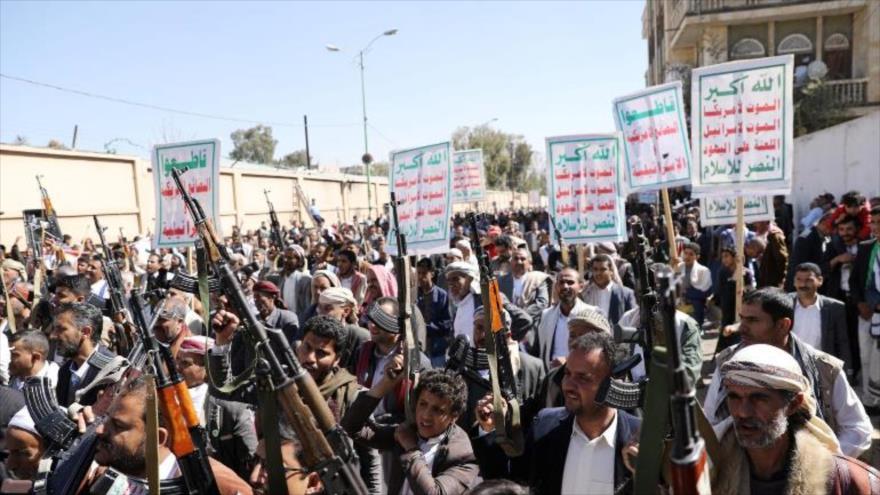Los partidarios del movimiento popular yemení Ansarolá durante una protesta contra EE.UU. en Saná, capital, 20 de enero de 2021. (Foto: Reuters)