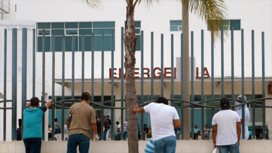 Personas esperan en la entrada de un hospital en Ecuador.