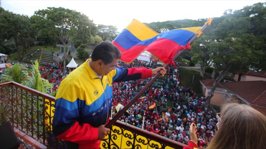 El presidente de Venezuela, Nicolás Maduro, ondea la bandera nacional venezolana en una reunión con sus simpatizantes, Caracas, 23 de enero de 2021. (Foto: AFP)