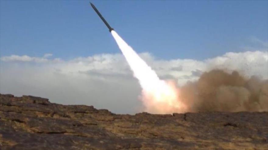 Fuerzas del movimiento popular yemení Ansarolá lanzan un misil balístico hacia el territorio saudí.