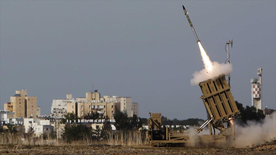 Un lanzador del sistema antimisiles israelí Cúpula de Hierro dispara un cohete interceptor en los territorios ocupados palestinos.