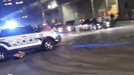 Vídeo: Vehículo policial atropella a un grupo de peatones en EEUU