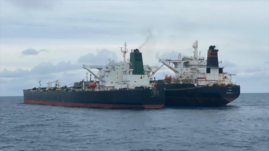 La Guardia Costera de Indonesia detiene dos petroleros, uno de bandera iraní y otro panameño en las costas de la provincia de Kalimantan Occidental, 24 de enero de 2021.
