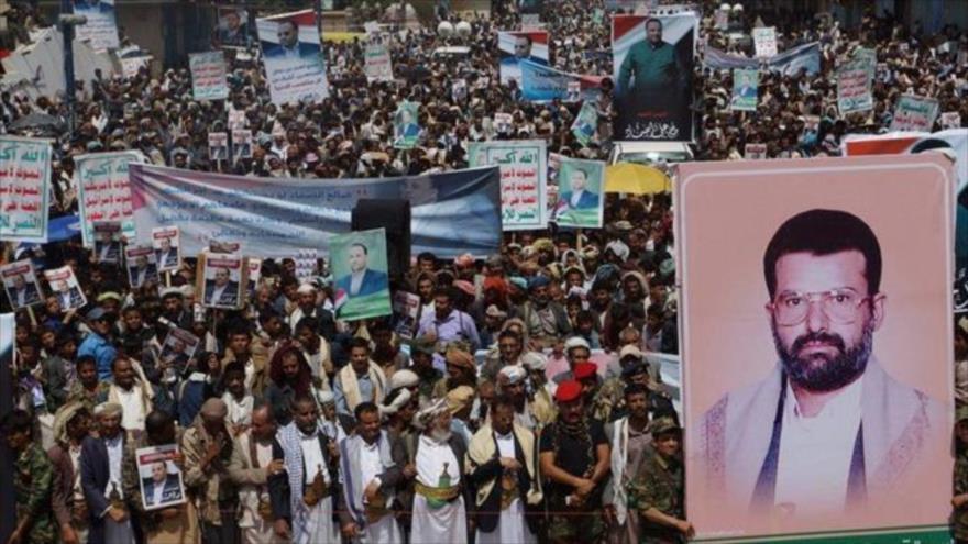 Una multitud de manifestantes protestan en la ciudad de Saada, en el noroeste de Yemen, para denunciar la agresión de Arabia Saudí a este país vecino..
