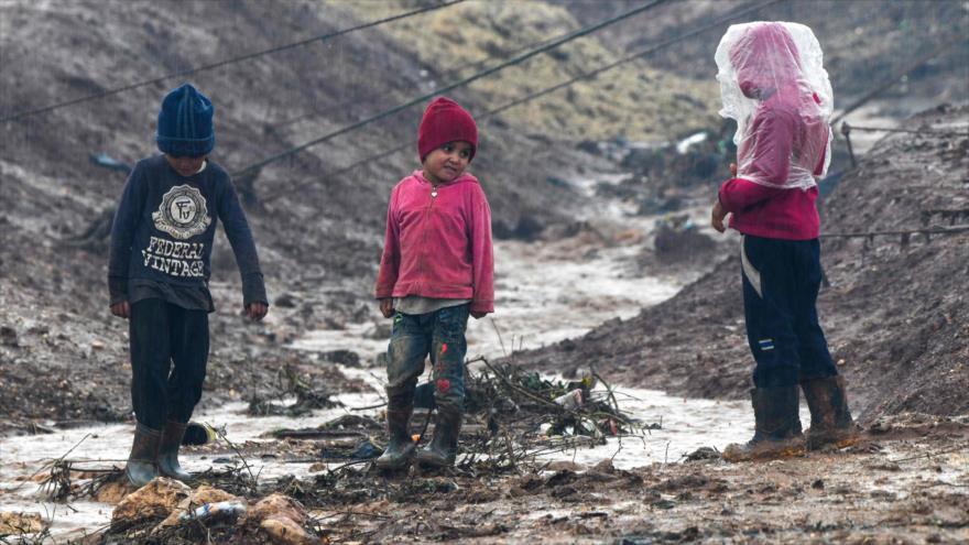 Niños sirios juegan en el campamento de Atme cerca de la frontera con Turquía en la provincia de Idlib (Siria), 17 de enero de 2021. (Foto: AFP)