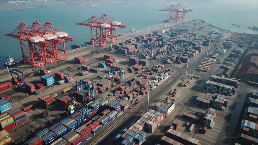 Un carguero con contenedores en un puerto en Lianyungang, en la provincia oriental china de Jiangsu, 14 de enero de 2021. (Foto: AFP)