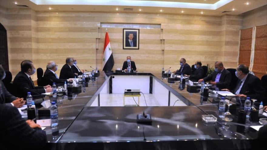 El premier sirio, Husein Arnus, en una reunión con la Junta Directiva de la Cámara de Comercio Conjunta Sirio-Iraní, Damasco, 25 de enero de 2021.
