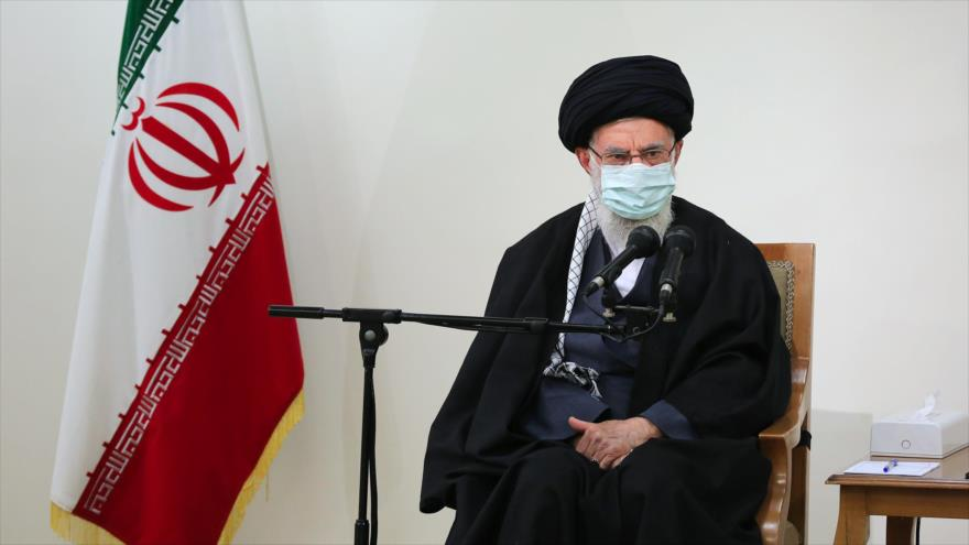 El Líder de Irán, el ayatolá Seyed Ali Jamenei, en un encuentro con la familia del científico Mohsen Fajrizade, 25 de enero de 2021. (Foto: khamenei.ir)