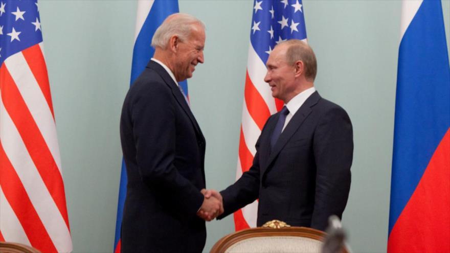 Presidente ruso Vladimir Putin (dcha.) y su par estadounidense Joe Biden (exvicepresidente de EE.UU.) reunidos en Moscú (capital rusa), 10 de marzo de 2011.