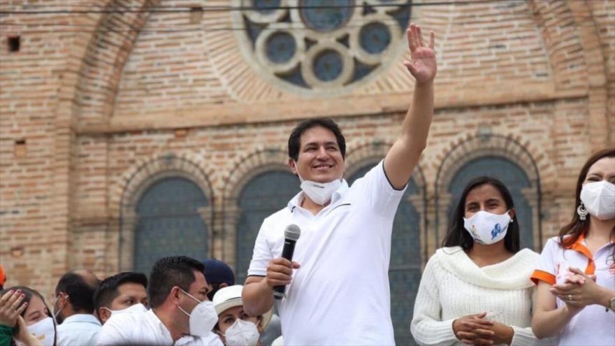 Andrés Arauz, candidato por la Unión por la Esperanza a las presidenciales de Ecuador, ofrece un mitin electoral a sus simpatizantes.