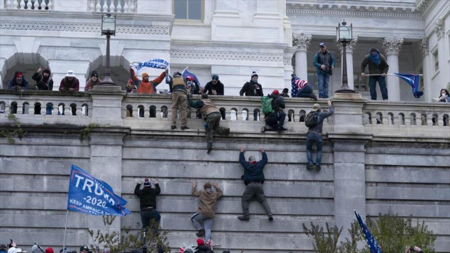 Partidarios de Donald Trump toman por asalto la sede del Capitolio de EE.UU. en Washington D.C., la capital, 6 de enero. (Foto: AP)
