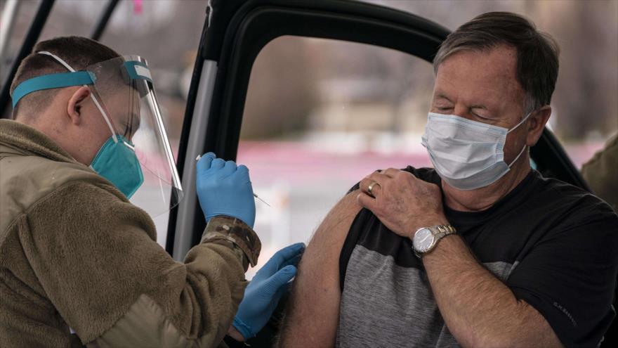 Un hombre recibe la vacuna anti-COVID en la ciudad de Wenatchee en el estado de Washington (EE.UU.), 26 de enero de 2021. (Foto: AFP)