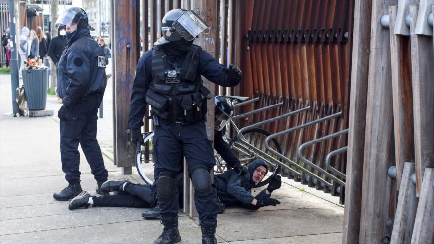 La Policía arresta a un manifestante durante unas protestas en la ciudad de Rennes, Francia, 23 de enero de 2021. (Foto: AFP)